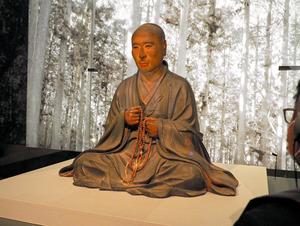 国重要文化財「明恵上人坐像」。特別展「国宝 鳥獣戯画のすべて」で展示される=2021年4月12日午後、東京都台東区の東京国立博物館、大西若人撮影
