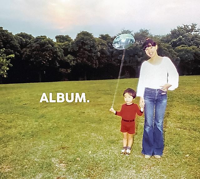 昨春リリースされた和田唱さんの「ALBUM.」のCDジャケット。2歳の唱さんの手を引く写真は、夫の和田誠さんが撮影した=トリニティー・アーティスト提供