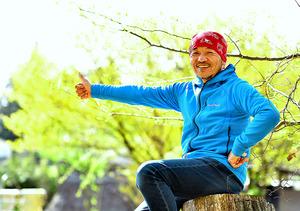 「先が予測できないところに旅の楽しさがある。人生と同じです」と斉藤政喜さん。ヒッチハイクの旅はまだ続けるという=山梨県北杜市高根町、篠塚ようこ撮影