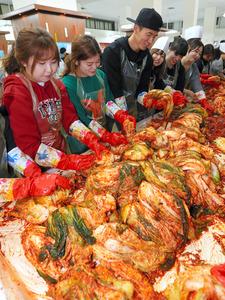 韓国ソウルで行われたキムチづくりのイベントの風景=2015年11月、東亜日報提供