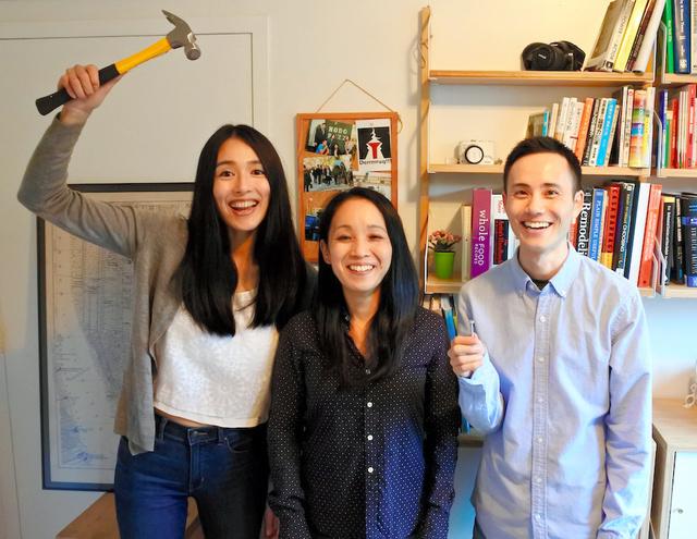 米ニューヨークで製作集団「デルック(Derrrrruq!!!)」を立ち上げた(左から)本田真穂さん、川出真理さん、近藤司さん(デルック提供)