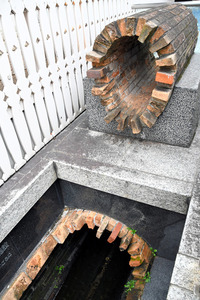 洋館の隣で公開されている「旧神戸居留地煉瓦造下水道」=2021年4月6日、神戸市中央区、西田有里撮影