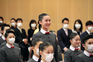 宝塚音楽学校での入学式に臨む新入生ら=16日午前、兵庫県宝塚市、同校提供