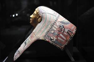 「デモティックの銘文のあるパレメチュシグのミイラ・マスク」=2021年4月16日午後、京都市左京区の京都市京セラ美術館、筋野健太撮影