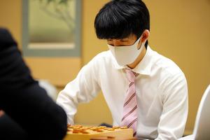 竜王戦ランキング戦2組で優勝した藤井聡太二冠。公式戦の連勝を19に伸ばした=2021年4月16日、東京都渋谷区、日本将棋連盟提供