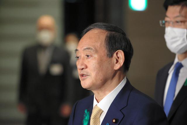 写真・図版 訪米前に記者の質問に答える菅義偉首相=2021年4月15日午後7時26分、首相官邸、上田幸一撮影