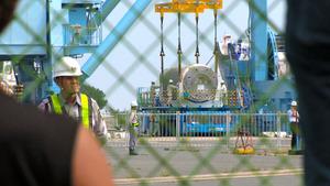 映画「地球で最も安全な場所を探して」の一場面。高レベル放射性廃棄物が青森県六ケ所村に船で運び込まれている=きろくびと提供