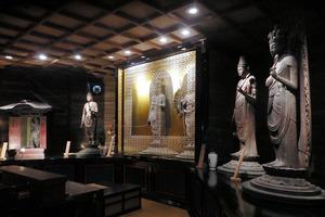 中央の厨子(ずし)の中に本尊の十一面観世音菩薩立像と千手観世音菩薩立像が並ぶ=2021年4月12日、和歌山市、田中祐也撮影