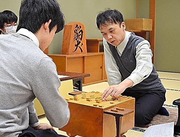 藤井聡太(手前)との対局を振り返る畠山鎮=2020年1月24日、大阪市