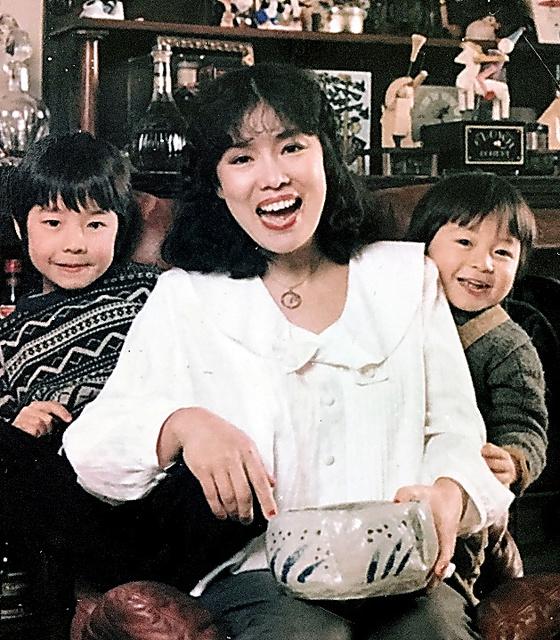 まだ幼かった長男の和田唱さん(左)と次男の率さん(右)。「息子2人は全く種類が違うのにとっても仲よし」=本人提供