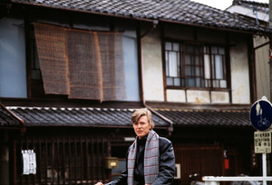 京都の街を歩くボウイ(C)Sukita