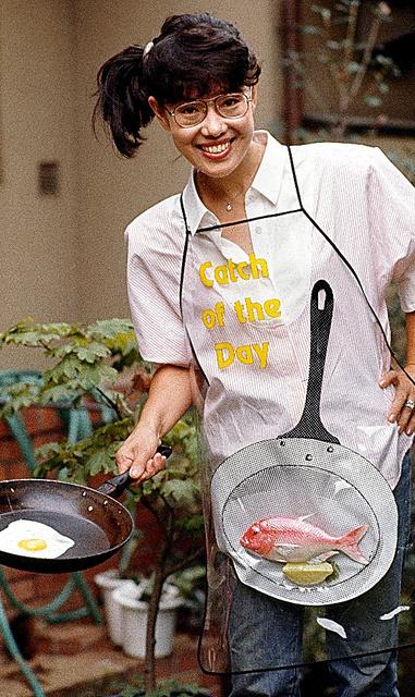 自宅の庭で。初めてのレシピ本『平野レミ・料理大会』を夫・和田誠さんの装丁で出版した直後=1986年9月、都内