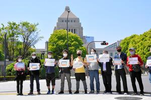 国会前でのサイレントスタンディング。「#ミニシアターにも協力金を」と訴えた=東京都千代田区
