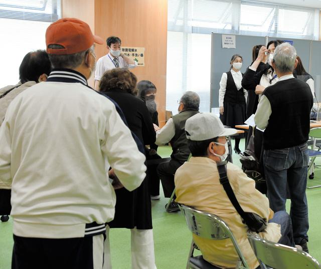 神戸市兵庫区役所には予約できない住民が大勢訪れた=2021年4月21日午前10時41分、神戸市兵庫区、岩本修弥撮影
