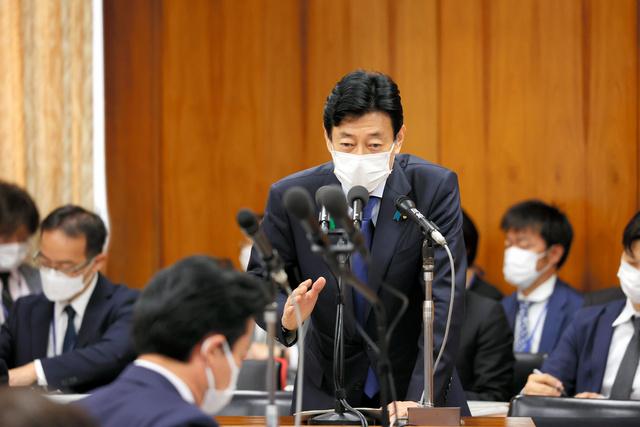 衆院内閣委で答弁する西村康稔経済再生担当相=2021年4月21日午前9時7分、国会内、上田幸一撮影