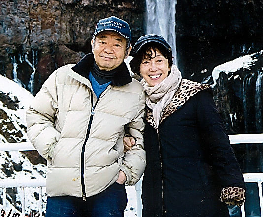 47年間連れ添った和田誠さん(左)と旅先で。生前の作品を紹介する「和田誠展」が10月9日から、東京オペラシティで開催される予定