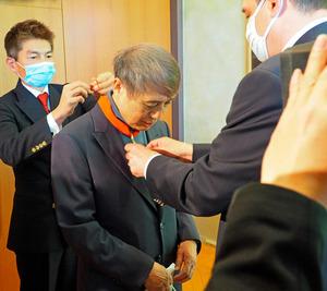フィリップ・セトン駐日仏大使から勲章を受ける安藤忠雄さん