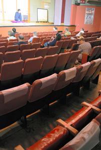 座席を空けて興行する淺草演蕓ホール=2020年6月