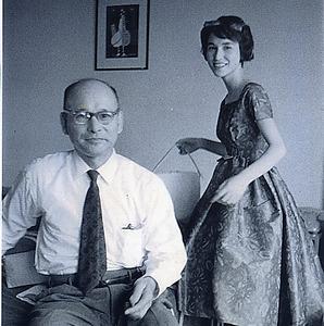父と角野さん。「読書家で、面白い人でした」=1958年、本人提供