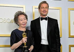 ユン・ヨジョン(左)とプレゼンターのブラッド・ピット=ロイター