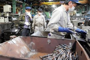 帝国製鋲の工場内で撮影する池井戸潤さん=大阪市港区、杉本康弘撮影