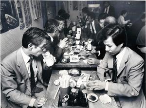 1986年、勤め帰りのサラリーマンらでにぎわう東京・有楽町の居酒屋