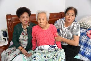 昨年10月末に亡くなった養母の崔志栄さん(中央)=2020年9月、中国吉林省長春市、平井良和撮影