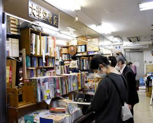 閉店當日、朝から多くの客が訪れた=4月30日、東京都文京區本郷2丁目、本間ほのみ撮影