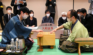 第3局で勝った渡辺明名人(右)と敗れた斎藤慎太郎八段(左)。感想戦で対局を振り返る=2021年5月5日午後5時40分、名古屋市中区、迫和義撮影