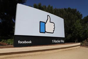 米フェイスブックの本社前にある「いいね」の看板