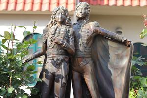 宝塚大劇場前の花のみちには「ベルサイユのばら」の像が飾られている=兵庫県宝塚市
