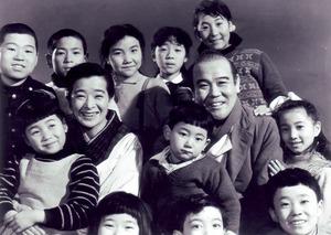 花菱アチャコとの掛け合いが人気のラジオドラマを映画化した「お父さんはお人好(よ)し」(1955年)(C)KADOKAWA1955