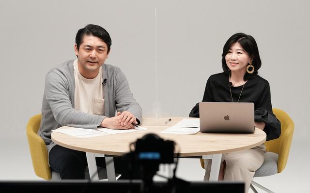 シネマニア・サロンで対談する俳優の松崎悠希さん(左)、藤えりか記者=2021年4月29日午後、東京都中央区、諫山卓弥撮影