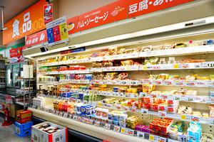 キリン堂の食品売り場には大型の冷蔵ケースもある=同社提供