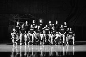 「責任」「平等」「正義」と書かれた黒いTシャツを着て写真に納まるウィザーズの選手たち(C)WashingtonWizards