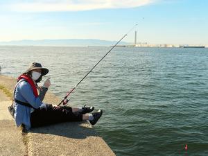 春の陽気の下、引きを待つ小若理恵記者=堺市沖の釣り場「宇部角」、松尾由紀撮影