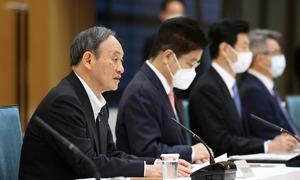 新型コロナ感染症対策本部で、4都府県の緊急事態宣言延長などを決定したことを伝える菅義偉首相=2021年5月7日午後5時21分、首相官邸、上田幸一撮影
