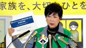 臨時の記者会見で感染予防を訴える東京都の小池百合子知事=2021年4月23日午後9時43分、都庁、瀬戸口翼撮影