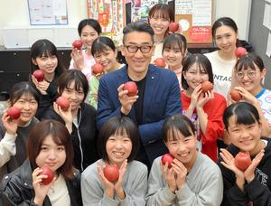 樋川新一さんと「弘前アクターズスクール」のみなさん=2021年4月28日、青森県弘前市、渡部耕平撮影