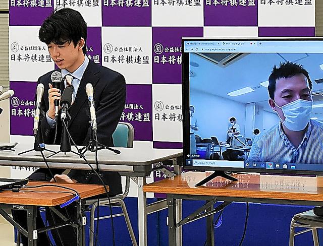 別室からの報道陣の質問に答える藤井聡太=2020年6月4日