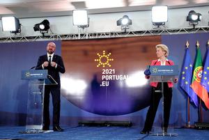 8日、ポルトガル北部ポルトで記者会見する欧州連合(EU)首脳会議のミシェル常任議長(左)とフォンデアライエン欧州委員長=AP