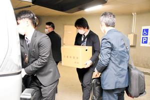 田辺哲司被告が津市から補助金を詐取したとされる事件で、三重県警が市役所を家宅捜索した=2021年3月18日午後7時5分、津市西丸之内、岡田真実撮影