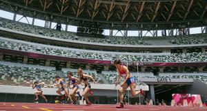 無観客の国立競技場で開かれた陸上のテスト大会で走る選手たち=2021年5月9日午前、東京都新宿区、池田良撮影