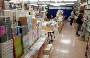 書店の空きスペースを使った古本市=2021年5月8日午前11時27分、仙台市青葉区の金港堂本店、高橋昌宏撮影