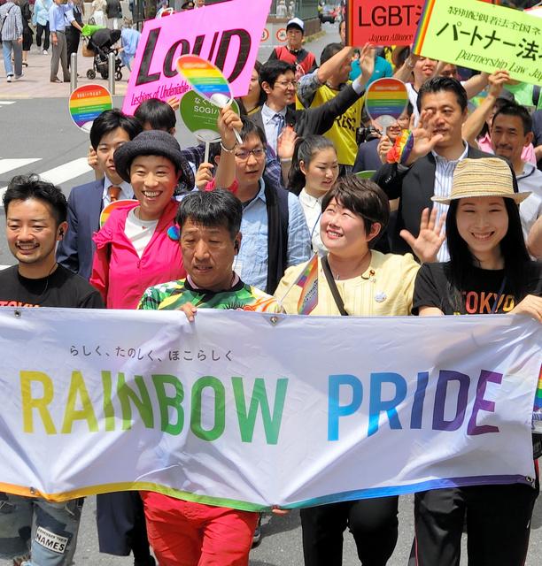 性的少数者の権利擁護を訴える「東京レインボープライド」のパレード。亡くなった自民党の宮川典子衆院議員(手前右から2番目)ら、与野党の国会議員も参加してきた=2017年5月7日、東京都渋谷区、二階堂友紀撮影