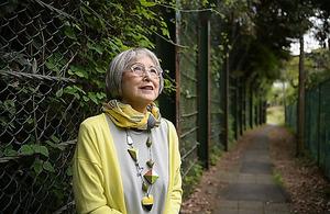 鎌倉には小さな路地がたくさん。「散歩して、初めての道を見つけるのが好きなんです」=伊藤進之介撮影