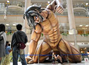 ランドマークプラザの吹き抜けに現れた「エレン巨人」=2021年5月9日午後1時39分、横浜市西区みなとみらい2丁目、大宮慎次朗撮影