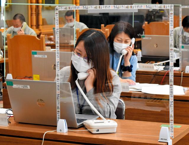 岡山県倉敷市は計57回線で接種予約の受け付けを開始し、コールセンターでは業者と市職員が対応に追われた=2021年5月10日午前10時20分、岡山県倉敷市、小沢邦男撮影