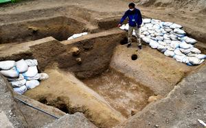 小諸城跡の発掘調査で見つかった戦国時代の堀跡=2021年5月11日午前10時15分、小諸市、滝沢隆史撮影