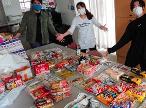 集まった食料を詰める学生たち=横浜市、中野愛さん提供
